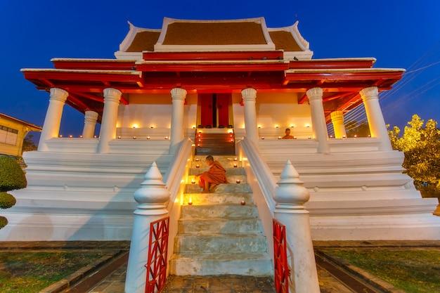 Due novizi al parco storico di ayutthaya in tailandia