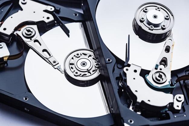 Due dischi rigidi del computer aperti per la riparazione. concetto di sicurezza dei dati.