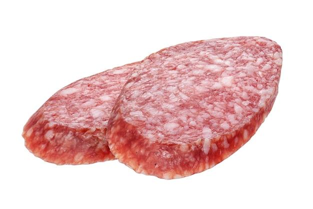Due fette ovale della salsiccia del salame isolate su fondo bianco. ripresa macro