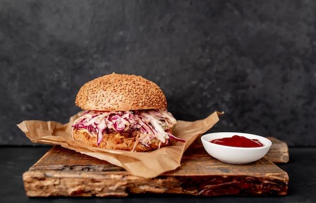 Due hamburger di coda di bue e cavolo su un tavolo di pietra
