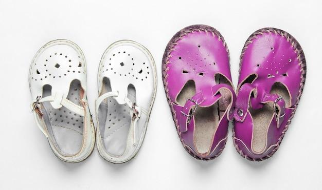 Due paia di sandali per bambini in pelle su bianco
