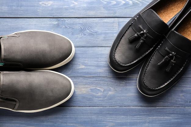 Due paia di scarpe alla moda su fondo di legno
