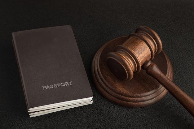 Due passaporti e martelletto del giudice