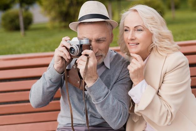 Due pensionati sorridono e sono molto felici.