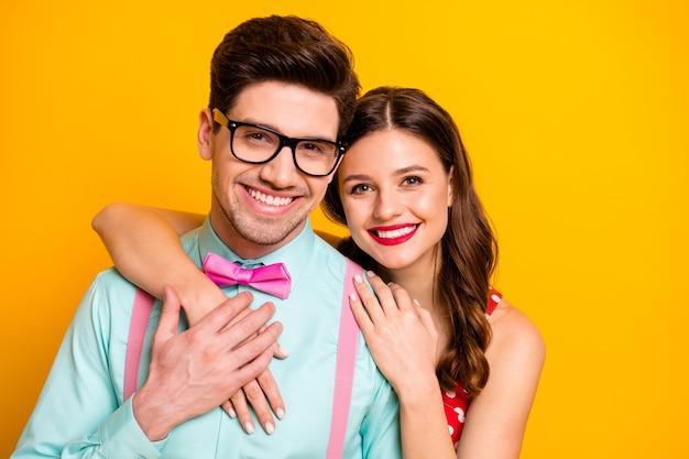 Due persone attraente signora bel ragazzo prom coppia che si abbraccia