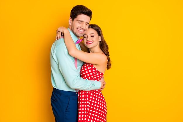 Due persone attraente signora bel ragazzo festa del ballo di fine anno abbracciando