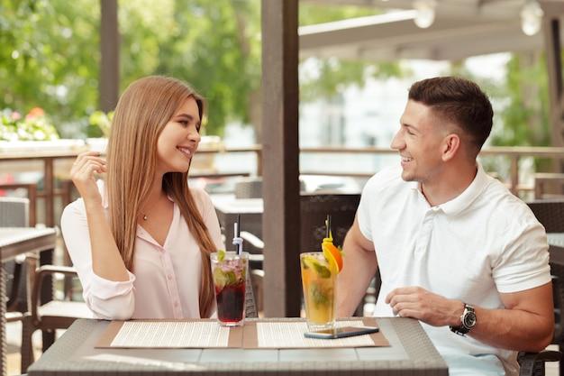 Due persone al caffè si godono il tempo trascorso insieme