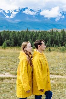 Due persone in montagna in vacanza