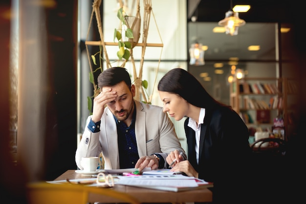 Due persone che risolvono i problemi aziendali in ufficio.