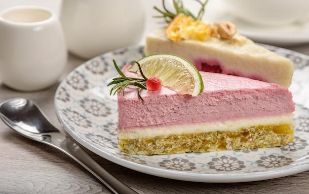 Due pezzi di torta di cibo crudo su un piatto.