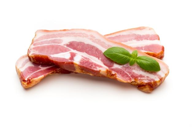 Due pezzi di lardo di maiale crudo isolati su sfondo bianco, close-up.