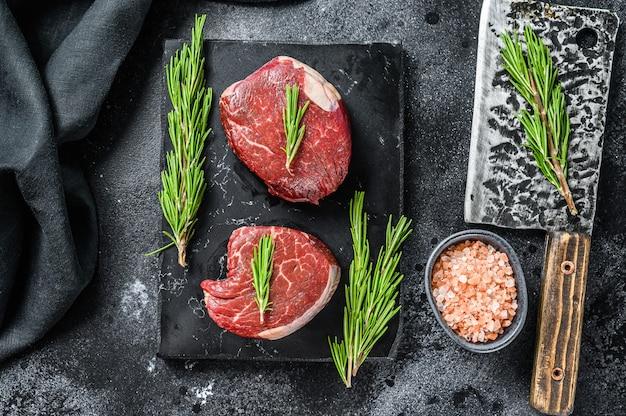 Due pezzi di bistecca sottile tagliati dal filetto
