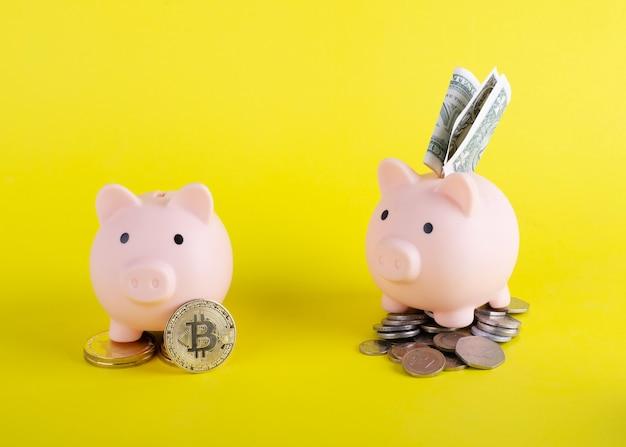 Due salvadanai con denaro e bitcoin e risparmio del titolo