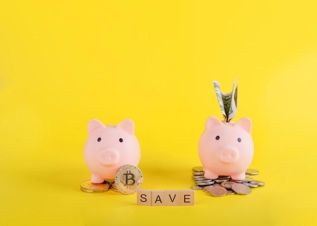 Due salvadanai rosa con denaro e bitcoin e titolo risparmiano su sfondo giallo