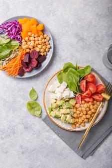Due piatti buddha ciotole e bicchiere d'acqua. concetto per un pasto equilibrato disintossicante vegetariano sano