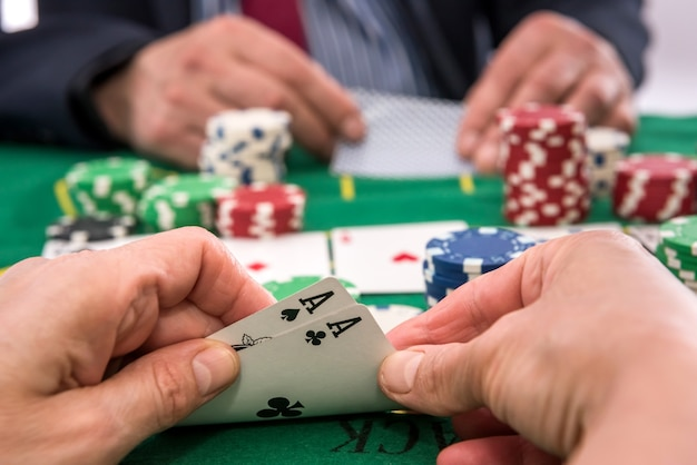 Due giocatori che giocano a fiches da poker e carte o blackjack nel casinò