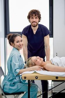 Due simpatici massaggiatori si esercitano a massaggiare il viso e la testa della cliente
