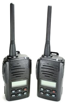 Due radio walkie-talkie portatili su bianco