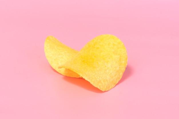 Un due di patatine fritte di close-up su uno sfondo rosa.