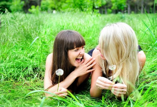 Due belle ragazze che si divertono all'aperto