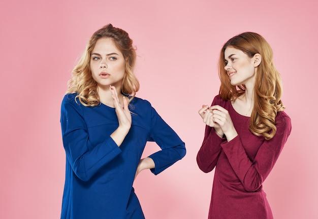 Vista ritagliata dello studio di moda di stile di comunicazione elegante di due donne graziose