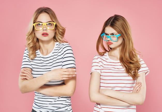 Due belle donne in occhiali da sole magliette a righe amiche estive in chat