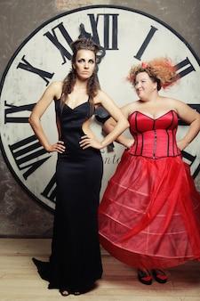 Due regine in posa accanto all'orologio. foto di vacanza.