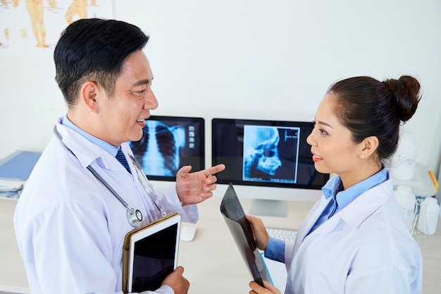 Due radiologi che lavorano in gruppo