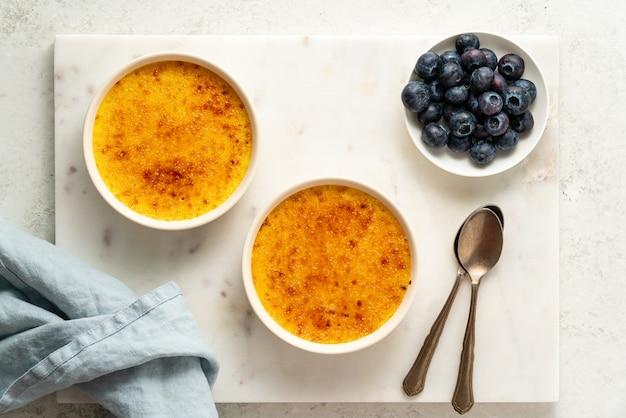 Due ramekin con crema alla vaniglia francese tradizionale dessert crema alla vaniglia