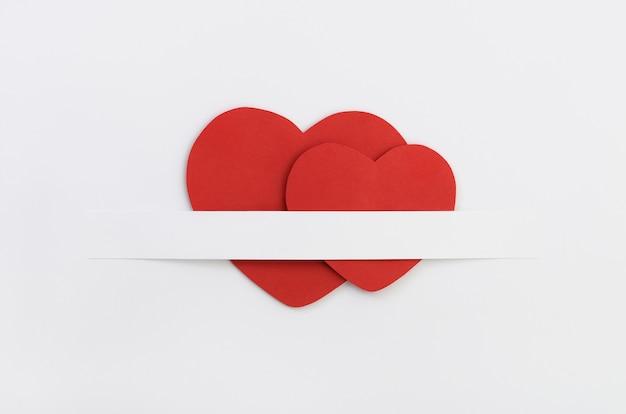 Due cuori di carta rossa di san valentino
