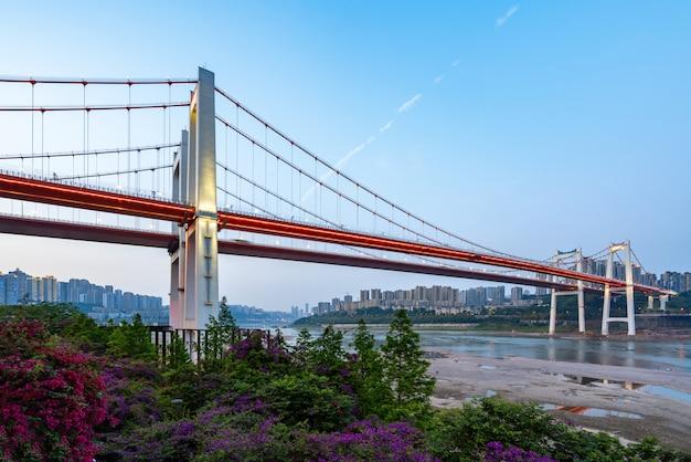 Due ponti sospesi rossi sul fiume yangtze a chongqing, cina
