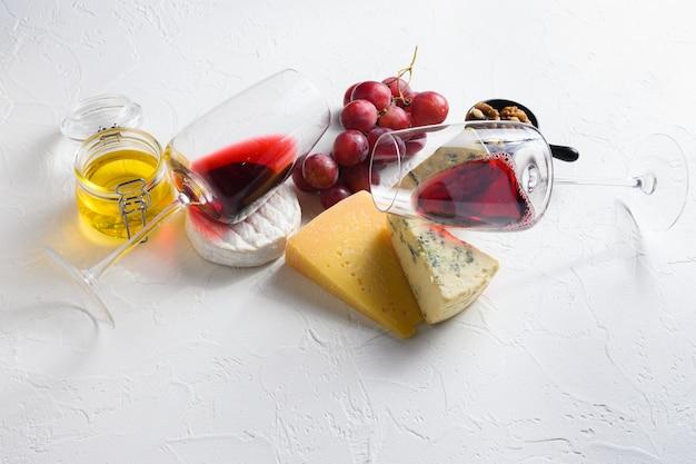 Bicchiere di vino rosso due con antipasto di formaggio