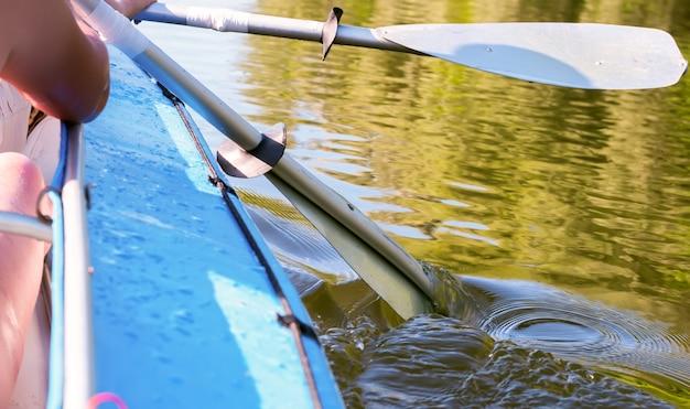 Due pagaia retrò in kayak nel fiume