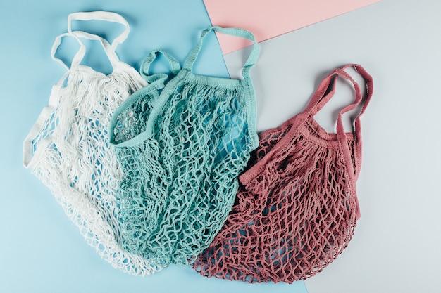 Due sacchetti di cotone riutilizzabili (sacchetti di rete) e bacheca con testo zero waste. ecologico