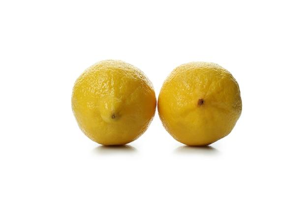 Due limoni maturi isolati su priorità bassa bianca