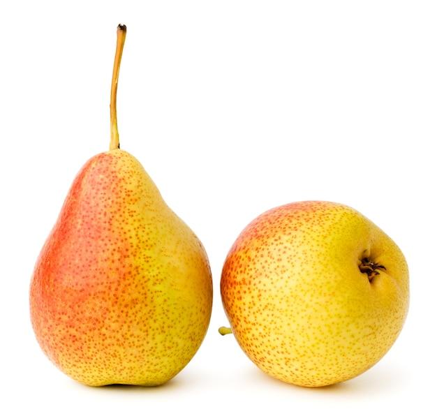 Due pere mature su uno sfondo bianco