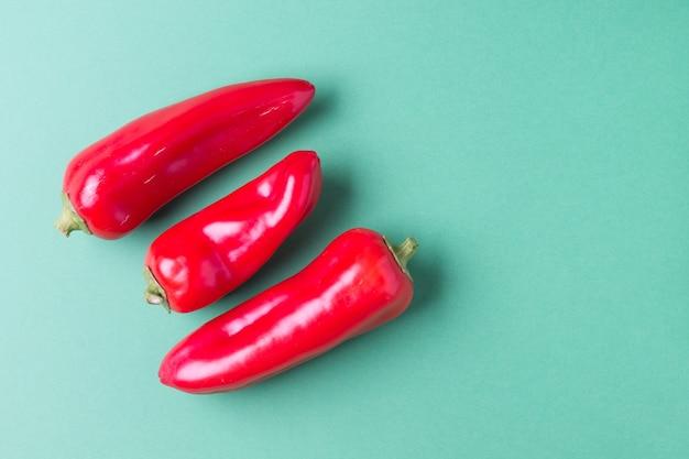Due peperoni dolci rossi maturi copiano lo spazio