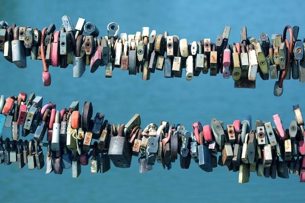 Due file di un gran numero di serrature di nozze sulla corda