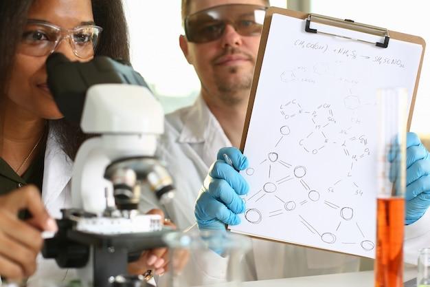 Due scienziati che conducono ricerche chimiche in laboratorio