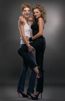 Due donne sexy su sfondo grigio