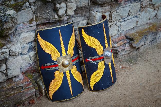 Due scudi della rappresentazione storica emerita ludica. questa festa commemora la vita quotidiana e le guerre nell'impero romano.