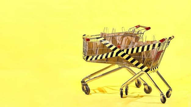 Due carrelli della spesa sono pieni di sacchetti di carta avvolti con nastro adesivo giallo e nero. concetto del black friday