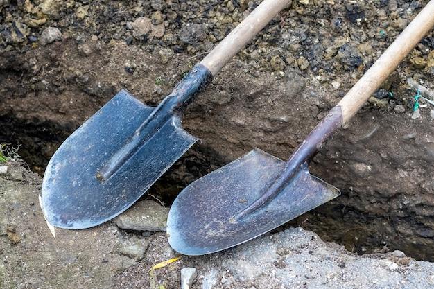 Due pale giacciono vicino alla trincea scavata
