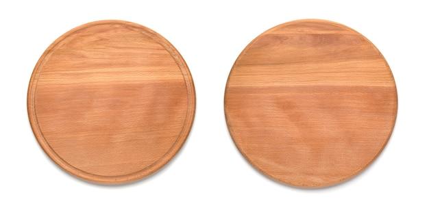 Due lati del tagliere di legno rotondo per pizza isolato su priorità bassa bianca. mockup per il progetto alimentare.