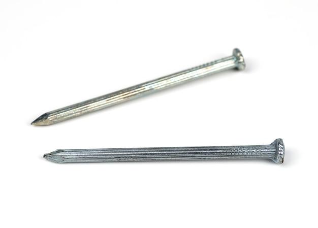 Due chiodi di cemento argento su sfondo bianco