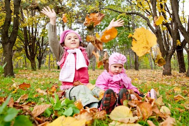 Due sorelle giocano nel parco. colpo esterno.