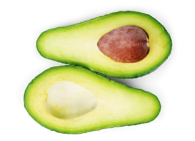 Due fette di avocado isolate su uno sfondo bianco. una fetta con nucleo.