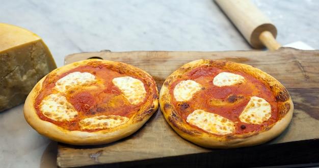 Due piccole pizze margherita