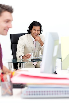 Due uomini d'affari sorridenti che lavorano in ufficio