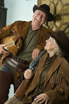 Due cacciatori sorridenti in abiti occidentali, primo piano